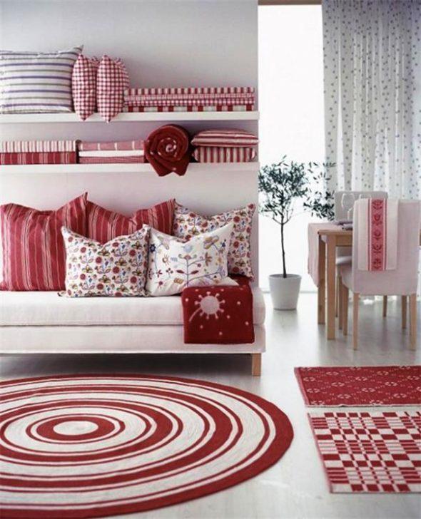 Красные ковры в одной комнате